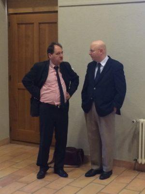 Le professeur Gilbert Casasus, directeur du domaine des Etudes européennes de l'Université de Fribourg, en discussion avec Gilles Grin, directeur de la Fondation