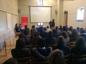 Gilles Grin, directeur de la Fondation, accueille les étudiants et leur parle de l'histoire de Jean Monnet